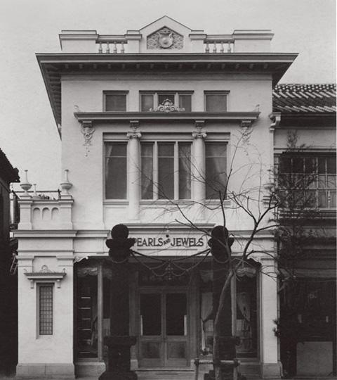 1906年に元数寄屋町の店舗を現在の銀座本店の場所に移転。当時の銀座通り(中央通り)は和風建築が大半を占めていたなか、御木本真珠店は白い洋館でとても目立っていた。