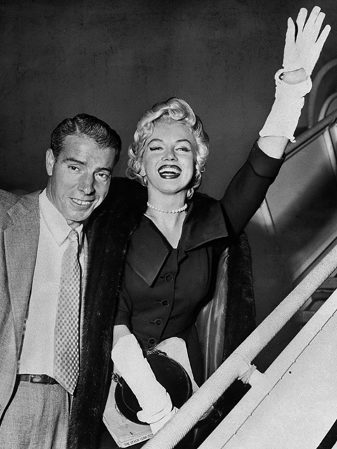 1954年にマリリン・モンローがニューヨーク・ヤンキースの名選手ジョー・ディマジオと新婚旅行で来日した際、ディマジオから〈ミキモト〉のパールネックレスを贈られた。   photo : Getty Images