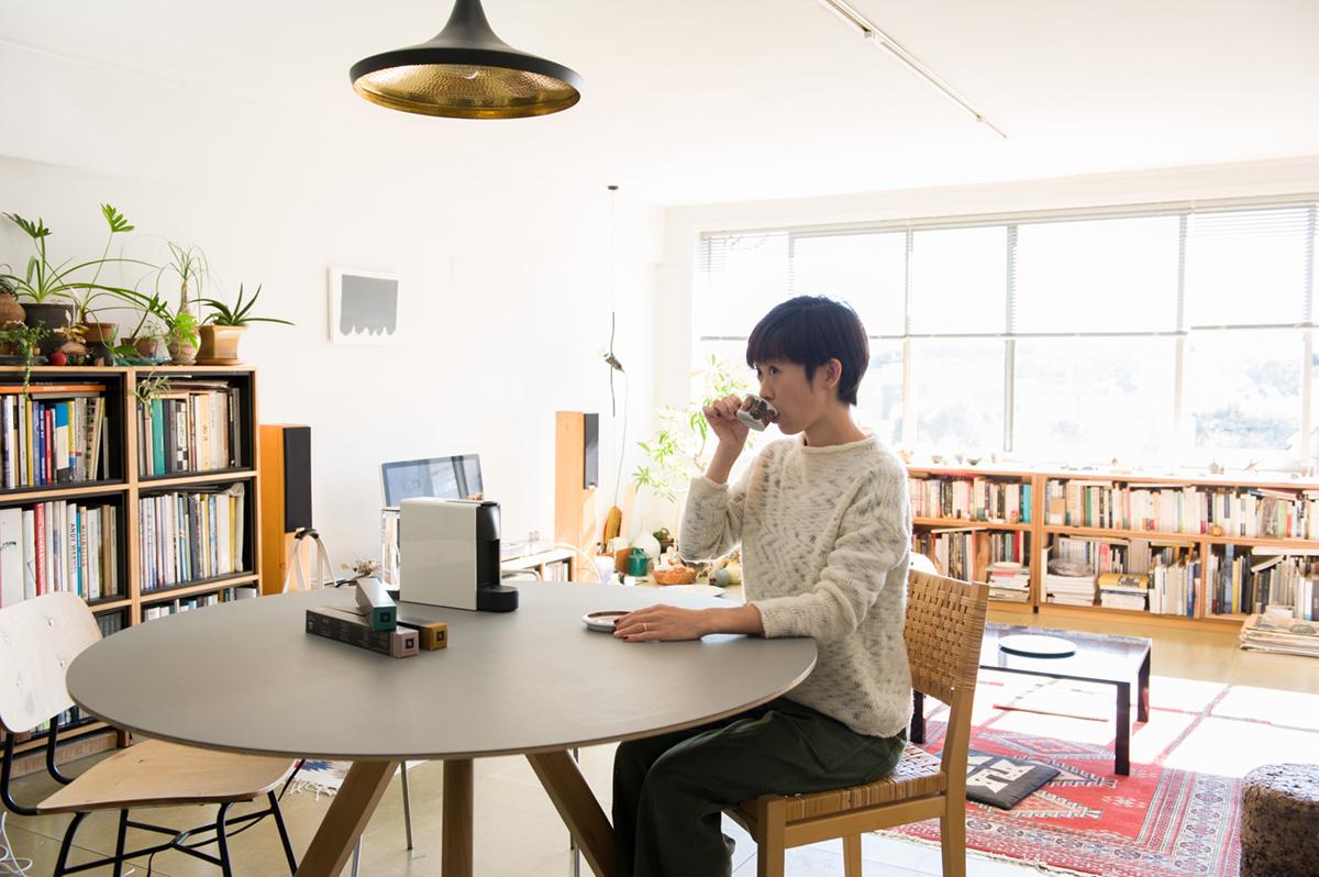 自宅で〈ネスプレッソ〉のカプセルコーヒーを楽しむ増崎真帆さん。