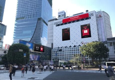 〈シャネル N°5〉のレッドボトルが銀座、渋谷を華やかに彩る。