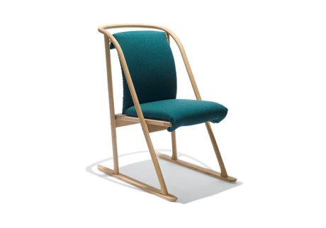 〈ポスタルコ〉初の家具は〈カリモク〉とのコラボレーション。