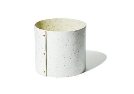 カカオ豆の殻を素材にミックスした〈ランドスケーププロダクツ〉のコンテナ。