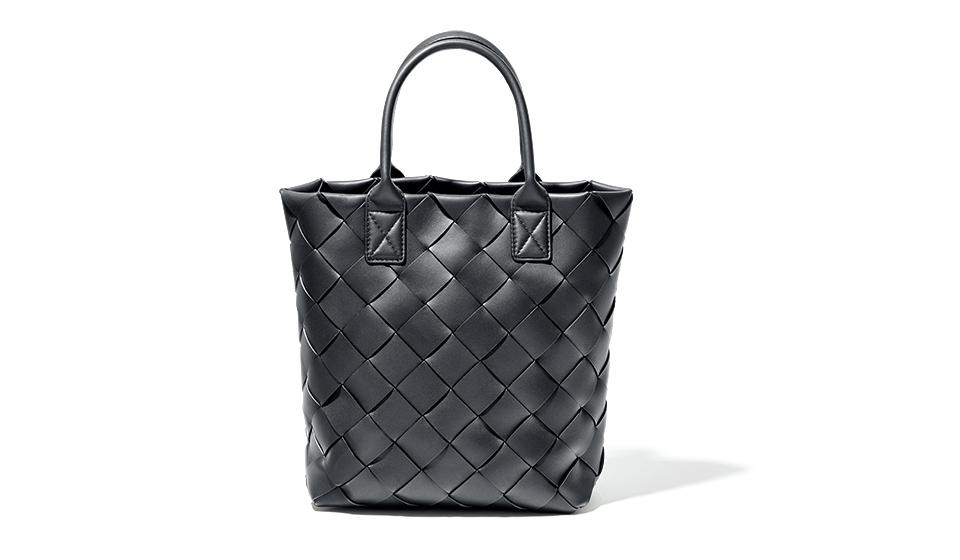 〈ボッテガ・ヴェネタ〉の新クリエイティブ・ディレクターが代表的なバッグを一新。
