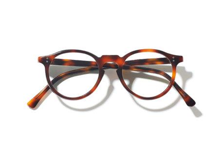 『ベルーリア』が〈ギュパール〉にべっ甲フレームの眼鏡を別注。