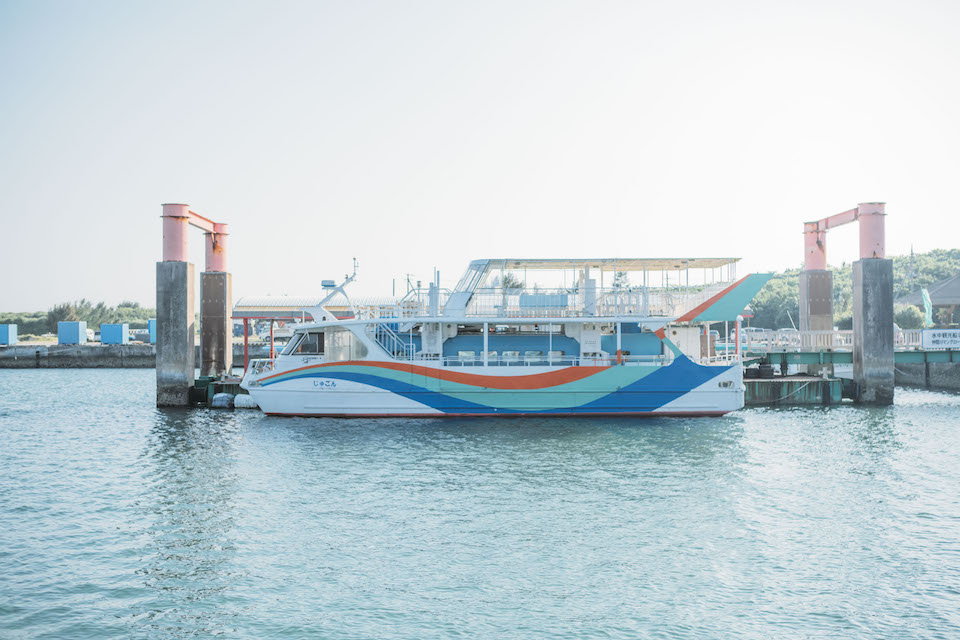 石垣島の石垣港離島ターミナルから定期運航便に乗り、約40分で西表島へ到着する。