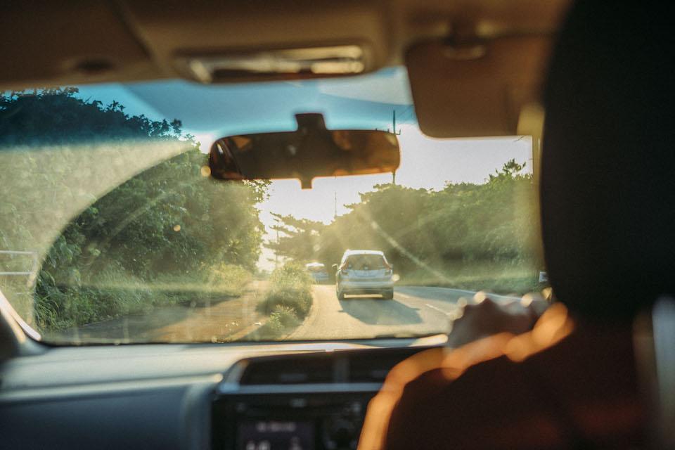 海岸線沿いの県道215線が島の主要道路。島内の移動は路線バスかレンタカーが主となる。亜熱帯のジャングルが生い茂る内陸部には道路がなく、船を利用して移動する集落も。