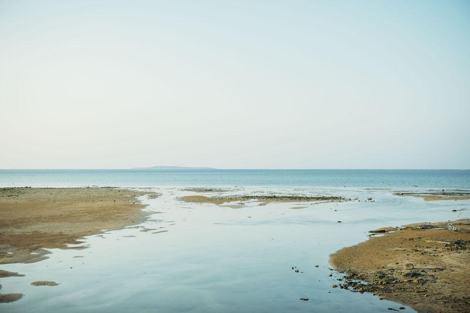 県道215線を走行中に見える海。遠くに小浜島を望む。