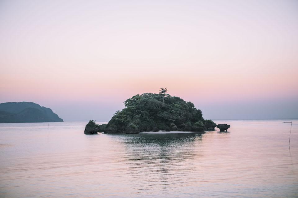 島の西部、祖納港からの景色。「まるまぼんさん」と呼ばれる小さな島がぽつんと浮かぶ。島の古謡「まるまぼんさん節」にも唄われている。