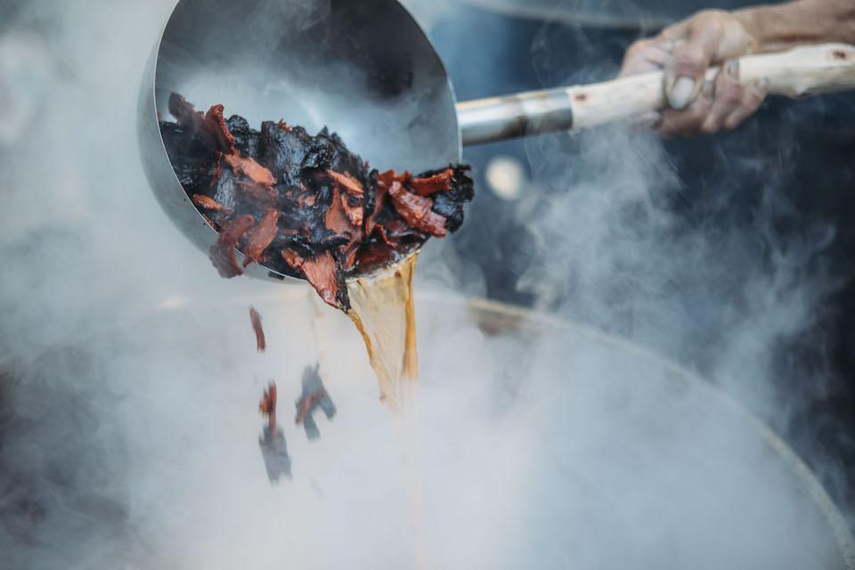 ヒルギの樹皮を釜炊きし、海水と混ぜて染料液を作る。