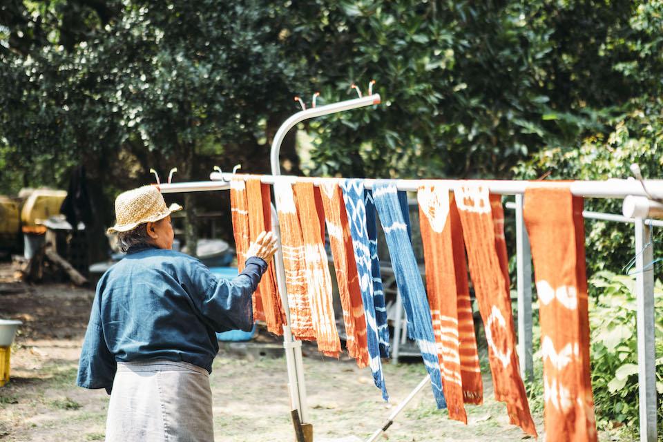 ヒルギ染め、藍染めした布は、太陽光の下で乾燥させる。「こうしていると布も気持ち良さそうでしょ」と昭子さんは朗らかに笑う。