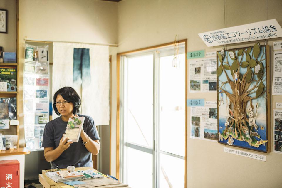 「西表島エコツーリズム協会」事務局長の徳岡春美さん。「世界自然遺産で注目され、環境貢献活動を支援したいという声が増えている中で、〈KEEN〉さんは真剣に島に関わろうという気持ちが伝わりました」と話す。
