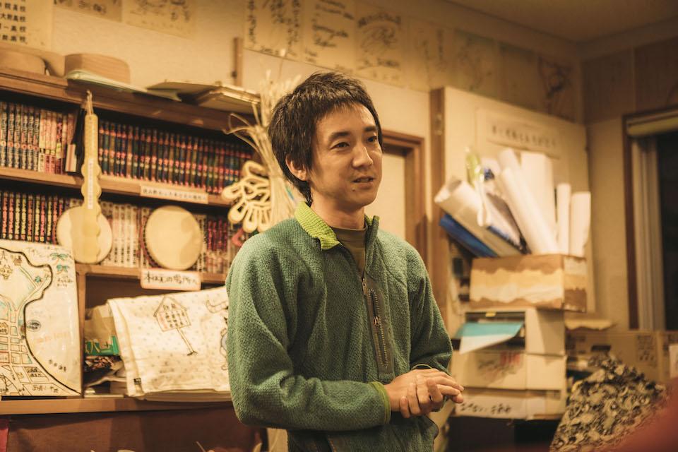 「JTEF西表島支部やまねこパトロール」の活動について説明する事務局長の高山雄介さん。