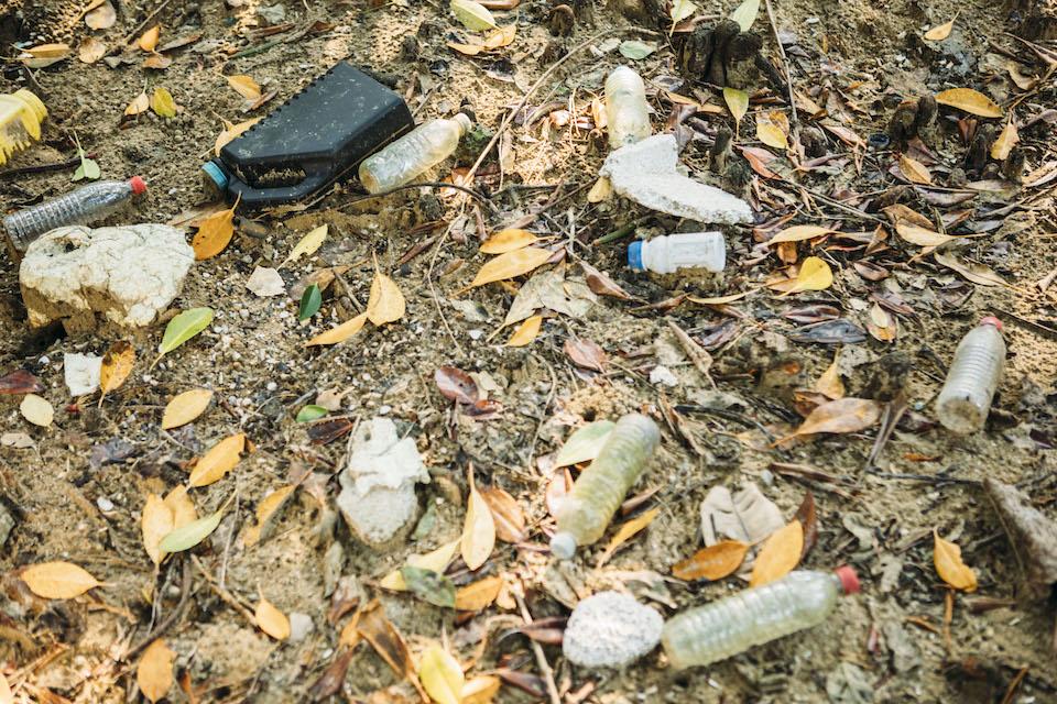 漂着ゴミの多くはペットボトルや発泡スチロールなど。「そのままにしていては木々や野生動物に影響を及ぼす。人間の出したゴミは自分たちで処理しないといけません」と森本さん。