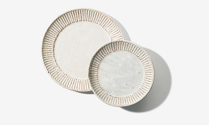 右から、粉引鎬リム皿¥3,600、¥5,500 (ともにブルーム&ブランチ青山 ☎03−6892−2014)