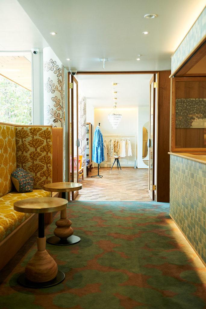 『call』2016年、東京・青山「スパイラル」5階にオープン。回廊式のショップに『ミナ ペルホネン』の服やインテリアファブリックのほか、世界中から集められた器、眼鏡、アートピースなどが並ぶ。店内にはカフェ「家と庭」を併設。photo:Masahiro Sanbe