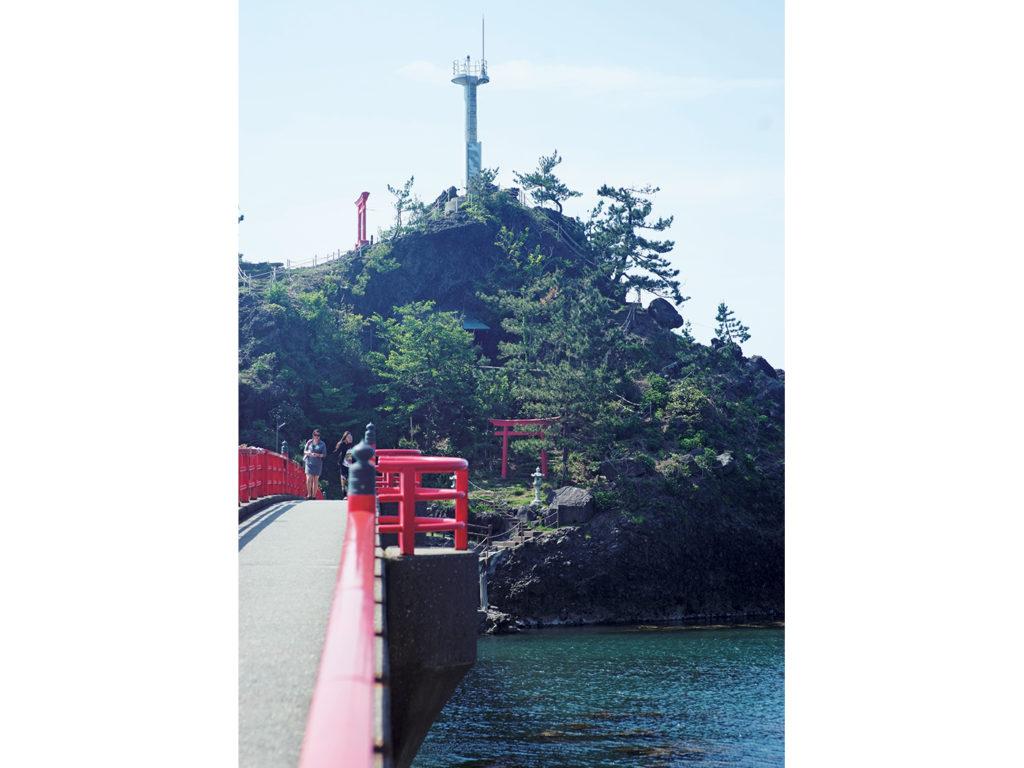 海の守り神として知られる厳島神社がある弁天岩。8月に行われる海上花火大会は夏の風物詩。