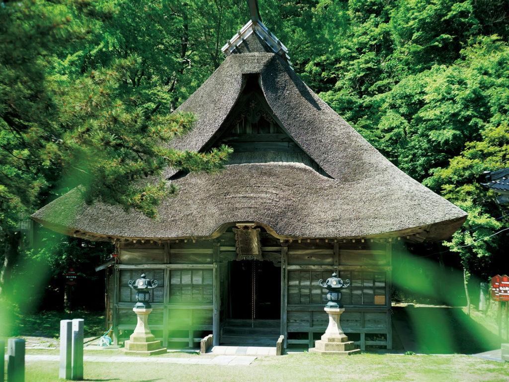 茅葺き屋根が見事な能生白山神社の拝殿。ヒスイの力で糸魚川を治め古事記などにも登場する奴奈川姫(ぬなかわひめ)が祀られている由緒ある場所。