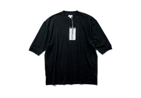 〈スタイリスト私物〉と〈サンスペル〉がコラボレーションした黒Tシャツ。