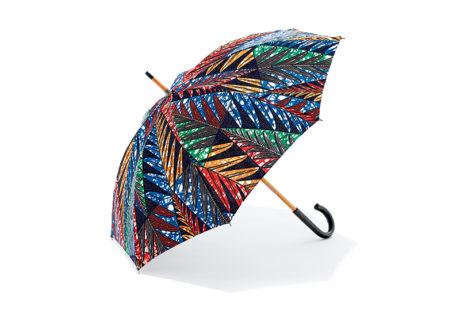東アフリカで作られるカラフルな生地〈カンガ〉を使った日傘。