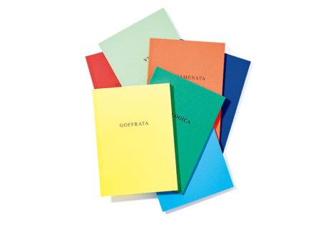 老舗紙メーカー〈ファブリアーノ〉 から登場した虹色のノートセット。
