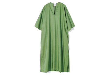 モダンなグリーンが目を惹く〈シャイナ モート〉のサマードレス。