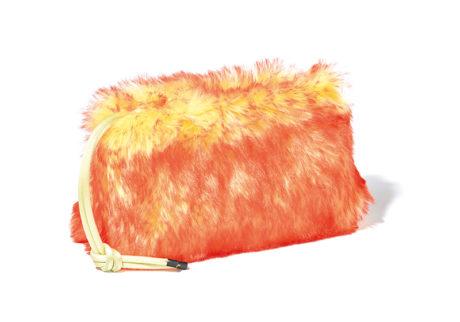 やさしい手触りと鮮やかな色彩。〈ドリス ヴァン ノッテン〉のファーバッグ。