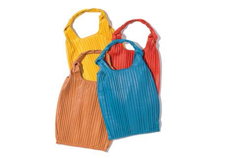 ナッパレザーにプリーツを配した 〈アニタ ビラルディ〉の新作トートバッグ。