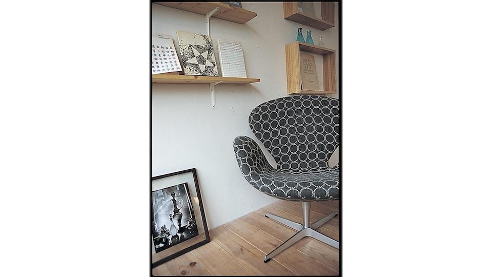 〈ミナペルホネン〉の皆川明さんのファブリックを初めて家具に取り入れたのも〈アクタス〉。フリッツハンセン社のスワンチェア。