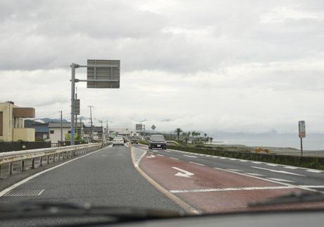 椰子の木が数本生えているこの場所は、熊野のハワイと呼ばれているそうだ。結香さんがハワイを絶賛していたので、次の旅先にハワイを入れたいな、と思う。この旅すべての感謝を結香さんに。新幹線が止まるほどの雨が関東では降ったらしい。東京に戻ると、翌日、梅雨が明けていた。