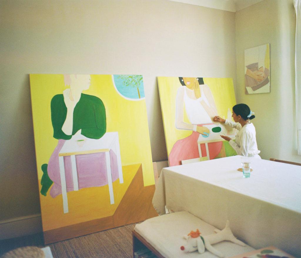 新作を描くジョアンナ・タガダ。フランスに生まれ、現在はロンドンに拠点に各国を行き来しながらペインティングやドローイング、インスタレーションなどを手がけている。