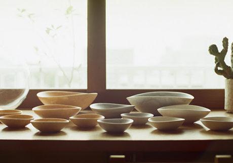 陶芸家・竹村良訓さんと料理家・冷水希三子さんがつくる「四季」の器の展示販売会が開催中。