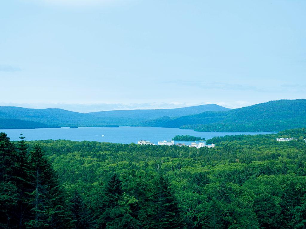 阿寒湖近くにあるスキー場から眺める湖の景色は圧巻。雄阿寒岳(おあかんだけ)などの山々に囲まれた湖の南側にアイヌの集落と観光ホテルが隣接している。