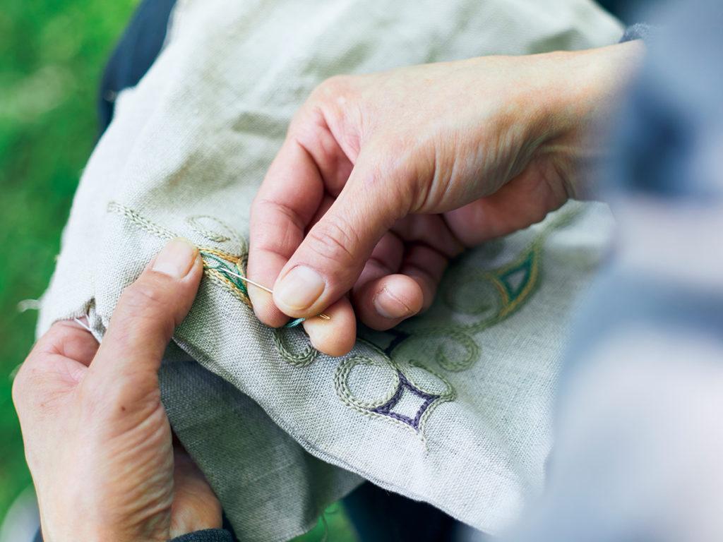 刺繍作家・鰹屋エリカさんがアイヌの文様を縫い付ける。「アイヌの文様は一筆書きできる形なんです」と鰹屋さん。