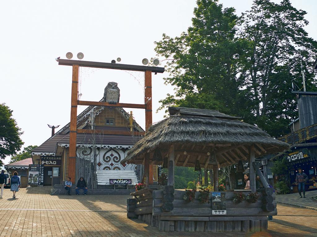 坂道の集落「阿寒湖アイヌコタン」。中央には『アイヌ文化伝承館 チセ』が。