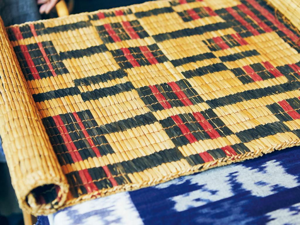 アイヌの生活や儀礼に伝統的に使われてきたゴザ。織物作家の下倉絵美さんは、このゴザをベースにかごバッグを制作した。