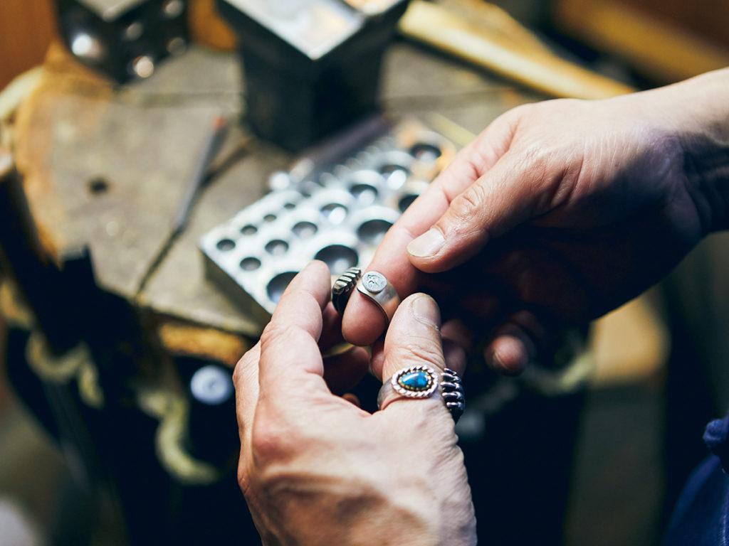 彫銀作家・下倉洋之さんの制作風景。今回の展示では、〈フェニカ〉のツバメのマークが付けられた、熊の手をモチーフにしたリングを別注。