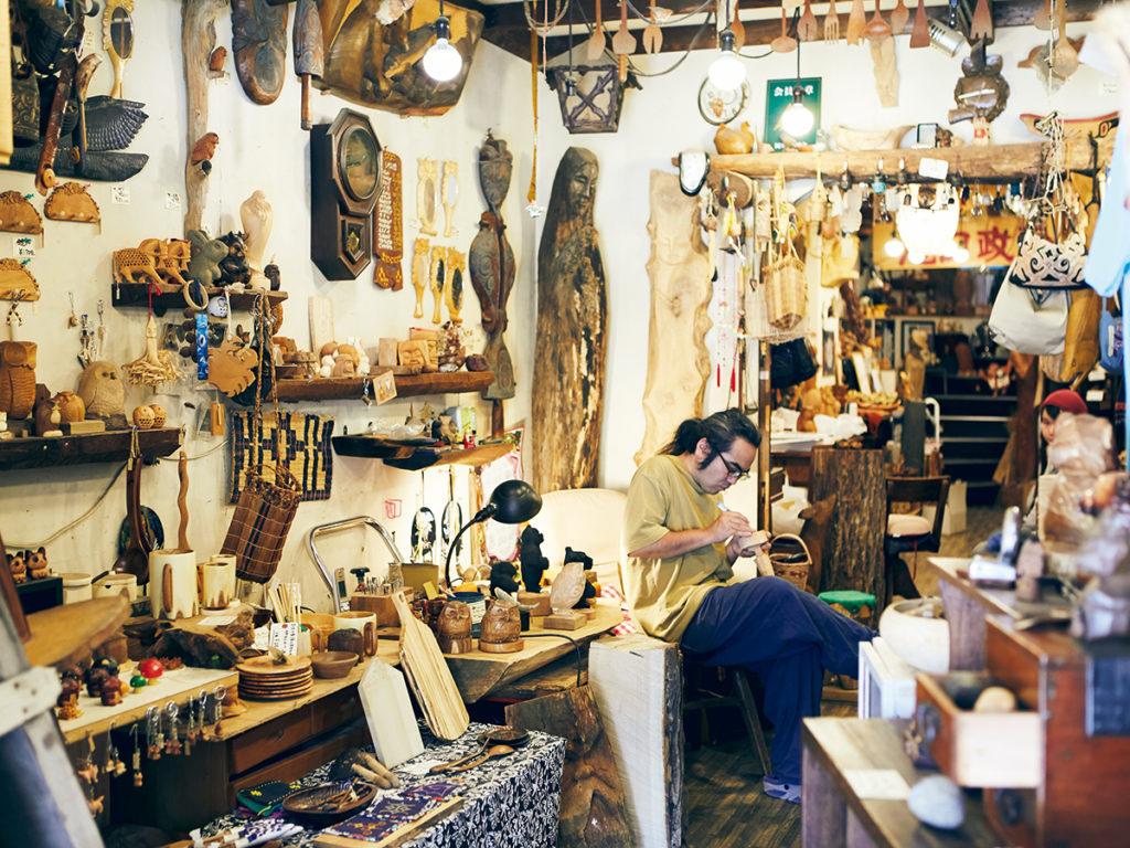 木彫作家・瀧口健吾さんはアイヌコタンで『イチンゲの店』を営む。父・政満さんのものなど貴重な作品が並び、健吾さんは普段から店頭で制作を行っている。