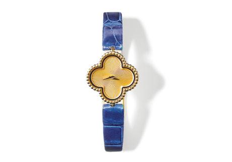 まばゆい輝きを放つ〈ヴァン クリーフ&アーペル〉の時計。