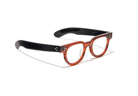 〈ジュリアス タート オプティカル〉と〈ハイク〉のバイカラーデザインの眼鏡。