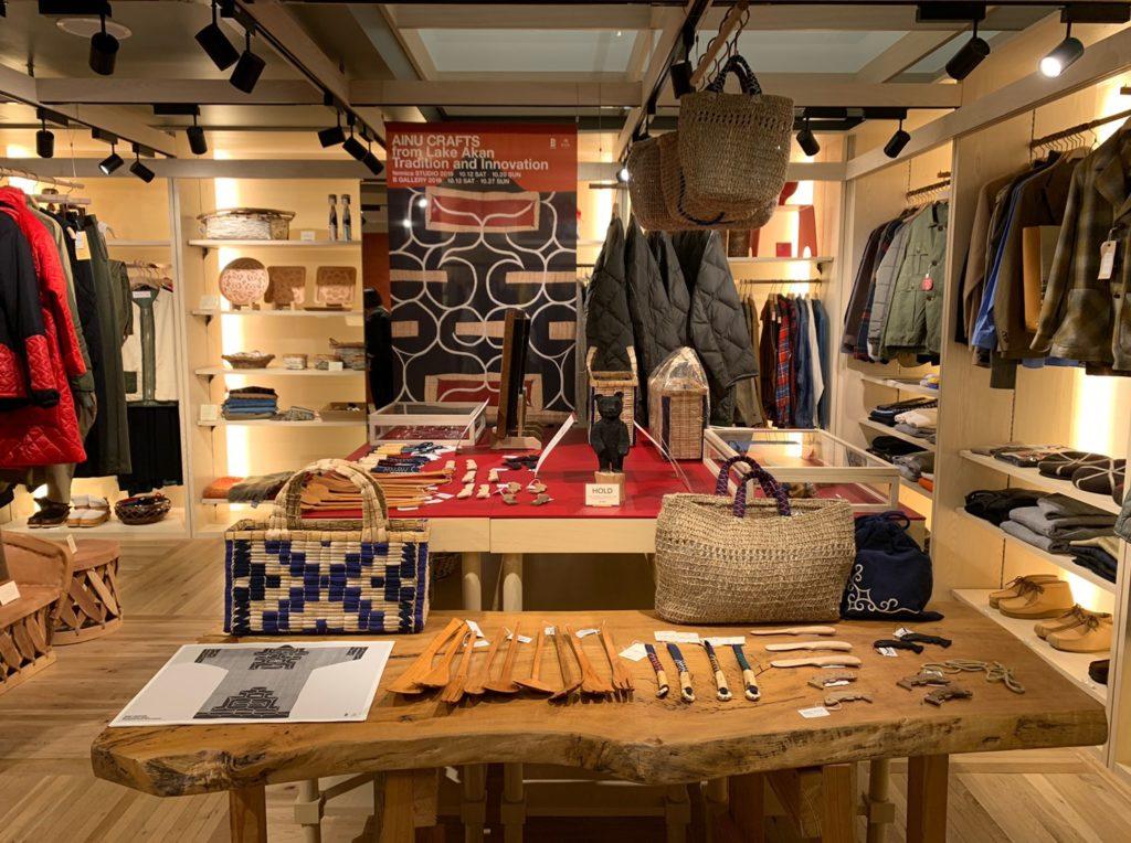 木彫、刺繍、織物、彫銀など、工芸品の並ぶ店内。