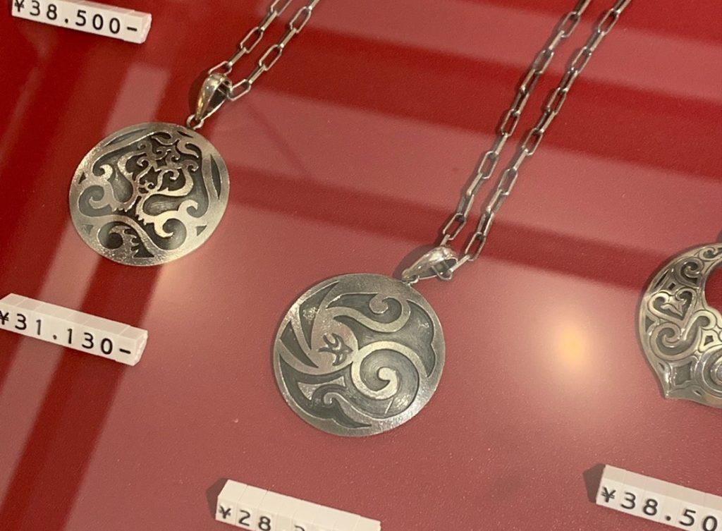 彫銀作家、下倉洋之はアイヌの文様をデザインしたアクセサリーを制作。フェニカのアイコンであるツバメも彫られたスペシャルな商品も(写真中央)。