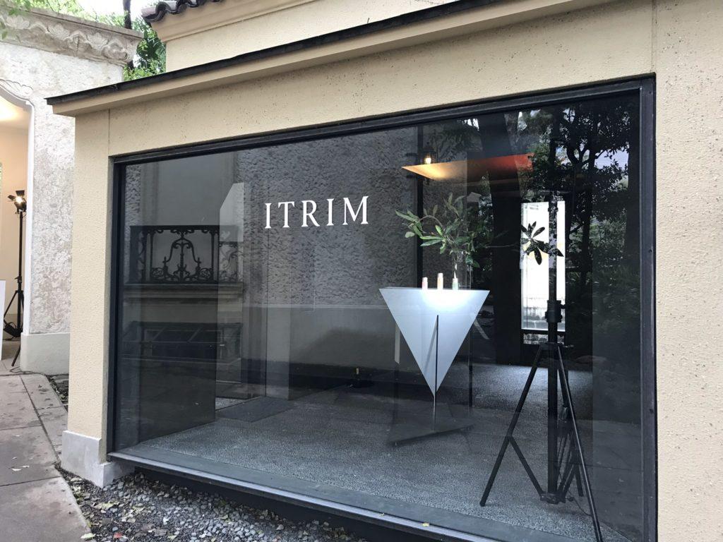入口には<ITRIM>のインスタレーションが飾られている。