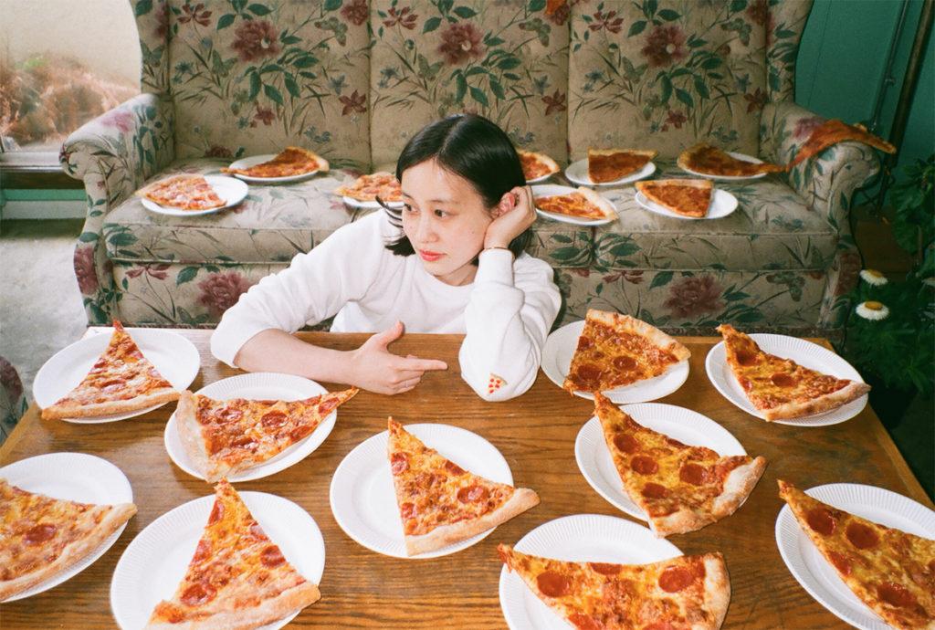平野紗季子:フードエッセイスト。1991年福岡県生まれ。小学生から食日記をつけ続ける「平成のごはん狂」。学生時代から日常の食にまつわる発見と感動を綴ったブログが話題になり文筆活動をスタート。 『Hanako』『POPEYE』などで連載を持つほか、イベントの企画運営など、多岐にわたる活動を展開。 著書に『生まれた時からアルデンテ』(平凡社)。