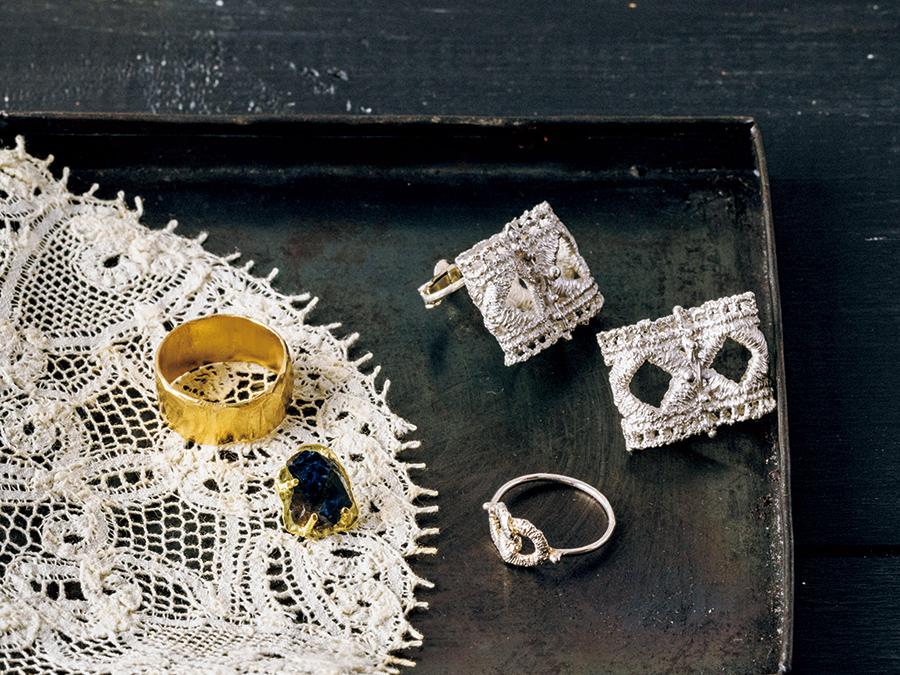 一年がんばった自分へのご褒美に。 繊細なイヤリングやリング、ボリューミーなゴールドのリング、大粒の天然石ピアス。ヴィンテージ感のあるジュエリーでホリデーシーズンにときめきを。ヴィンテージレースをこんなふうに敷いて。右上/WA OBI earring¥27,000、右下/MUSUBI ring¥15,000(ともにm.y) 左上/ゴールドリング¥9,800、左下/サファイアピアス(片耳用)¥49, 500(ともにecoriena) レース¥2,000(パストタイム)。