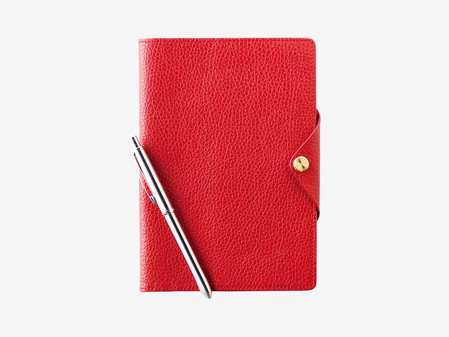 TOUCH & FLOW  タッチアンドフロー ▶B1 新年。共に時を刻む、上質な手帳を。 大人のためのステーショナリーブランド。機能美を追求したオリジナルアイテムと感度の高いセレクトは、のぞけば何か欲しくなる。しなやかな牛革カバーに、書き心地のよいノートがセットの「フラットスケッチ」には、12月31日まで限定で月間ダイアリーをプレゼント。定評のあるボールペンブランド〈パーカー〉の多機能ペンも添えて親しい人への贈り物に。レザーノート¥11,000、ペン¥5,000。