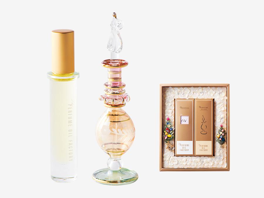 The PERFUME OIL FACTORY  フランジュール ▶B1 丁寧な暮らしをする、心に浮かぶ相手へ。 香りが続く、オイルの香水専門店。一日一日の幸せを願い生み出された31種類のオリジナルパフュームは、香りごとに1〜31までのナンバーがつく。エジプトの職人による手作りのボトルとセットにしたり、2本の数字を「月」「日」として組み合わせたりして、誕生日や記念日に贈るのも人気。プラス2000円でまるで額縁のようなギフトボックスも。パフュームオイル¥4,480、パフュームグラス¥2,980。