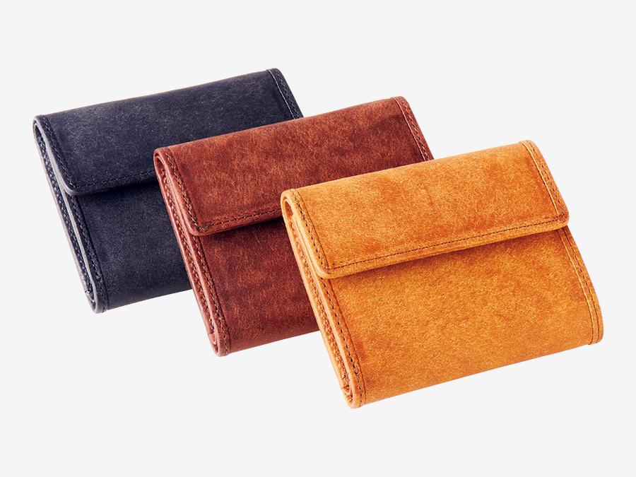 quadro/sot  クオドロ / ソット ▶5F 長く使ってほしい、スタンダード。 糸の撚り方、色づけからこだわるアパレルブランド〈quadro〉と、財布やバッグなど、メイド・イン・ジャパンの革製品を展開する〈sot〉の複合店。選び抜かれた原皮を使用し、東京の職人によって縫製、磨き込まれた〈sot〉のアイテムは、日常に「そっと」寄り添い、使うほどにその味わいを増す。スタンダードを愛する人に贈りたい。プエブロレザー コンパクトウォレット各¥22,000(sot)。