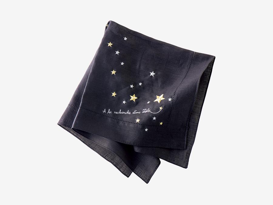 FRANCJOUR  フランジュール ▶3F 年末の挨拶は、さりげなく、印象的に。 上質なタオルやリネンなどのオリジナルアイテムと、ヨーロッパから届くアイテムが揃う、神戸・三宮発のセレクトショップ。タオルや一部の布製品へのオーダー刺繍も受け付ける。お世話になった方への年末の挨拶や、友人へのカジュアルなプレゼントにも手を抜きたくないなら、リネンのハンカチにメッセージを込めて。ブラックのリネンに星を刺繍した大判のハンカチ「シエルエトワレ」¥3,500。