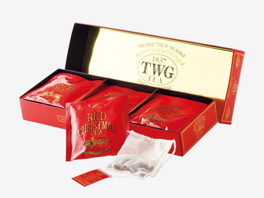 TWG Tea ティーダブリュージー ティー ▶3F この季節だけの特別なブレンドティー。 シンガポールで創業したラグジュアリー・ティーブランドのクリスマス限定ティー。毎年、この季節の発売を楽しみにしているファンも多い。レッドティーに、香りはじけるフルーツやスパイスをブレンド。お湯を注いで広がる水色だけでなく、箱も個包装も深紅。伝統にならってバッグにはコットンを使用しているから、ラフになりがちなティーバッグでも上質なギフトに。Red Christmas Tea¥2,700。