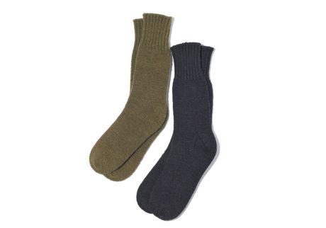 シェトランドウールとリネンの糸を使い、アナログな編み機で編まれた〈ヤエカ〉のソックス。